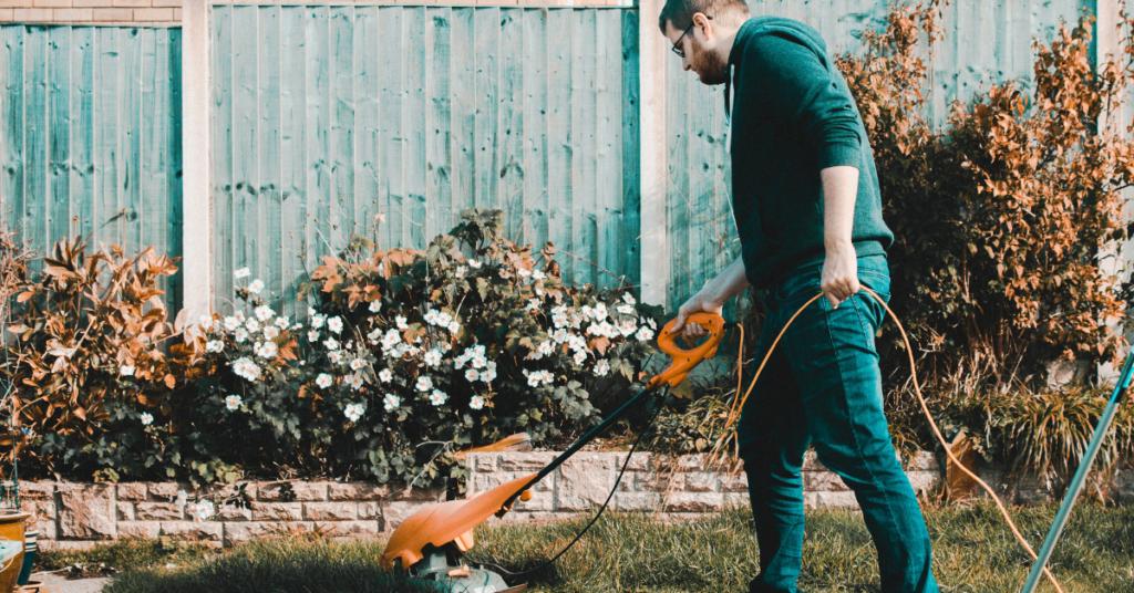 przygotowanie-trawnika-do-zimy-ostatnie-koszenie